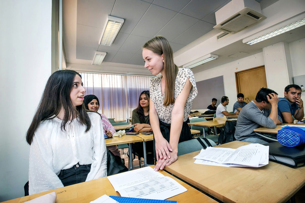 Aikuisten perusopetusluokan työskentelyä Kemissä 29.8.2019, lähimpänä oppilas Rand Aljaafari Irakista ja opettaja Elisa Nivala.
