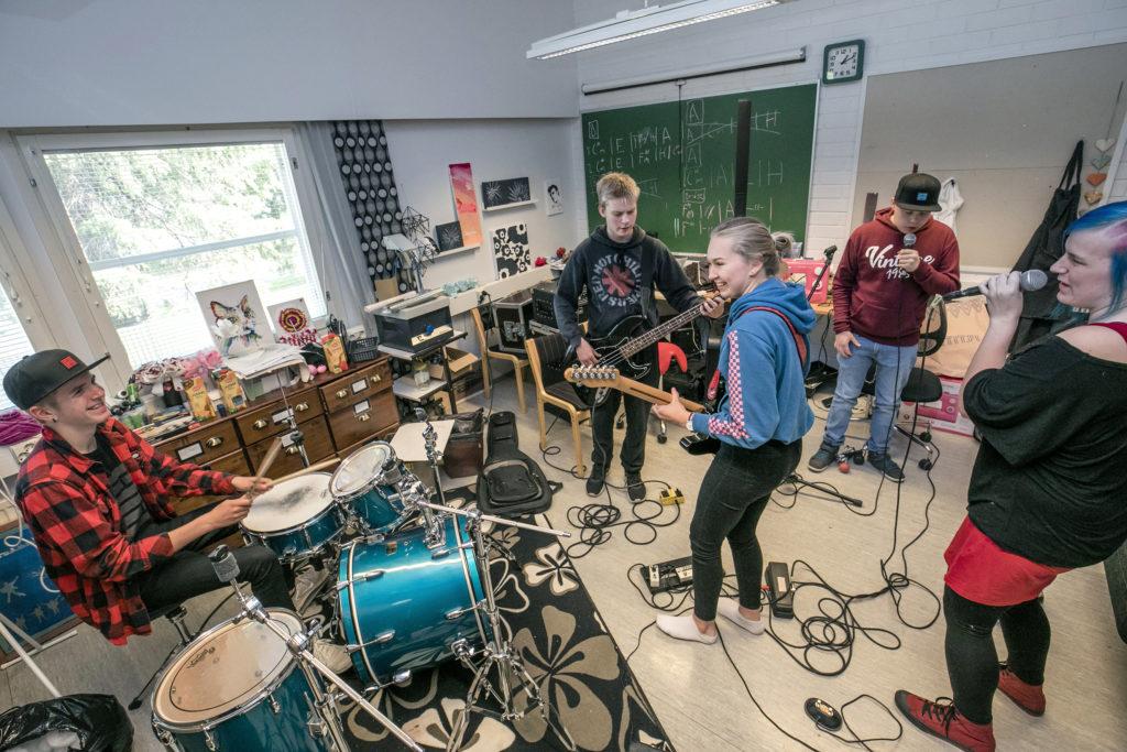 Bändi harjoittelee bändileirillä.