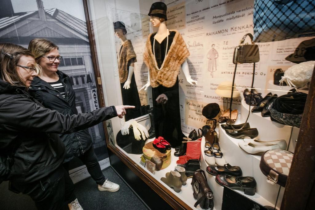 Anu Rastas (oik.) ja Sari Yliriesto tutustumassa Kemin historiallisen museon näyttelyyn syyskuussa 2019. Osoittelevat kenkiä vitriinissä.
