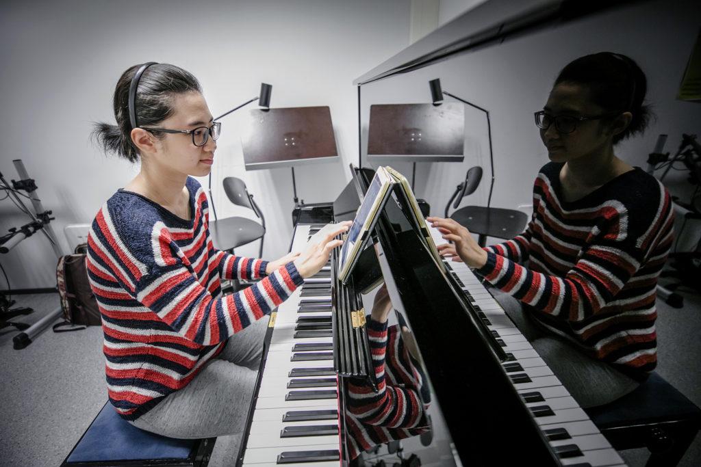 Kemin kaupunginkirjaston musiikkihuone. Pianoa soittamassa ammattikorkeakouluopiskelija Ngan Nguyen Vietnamista.