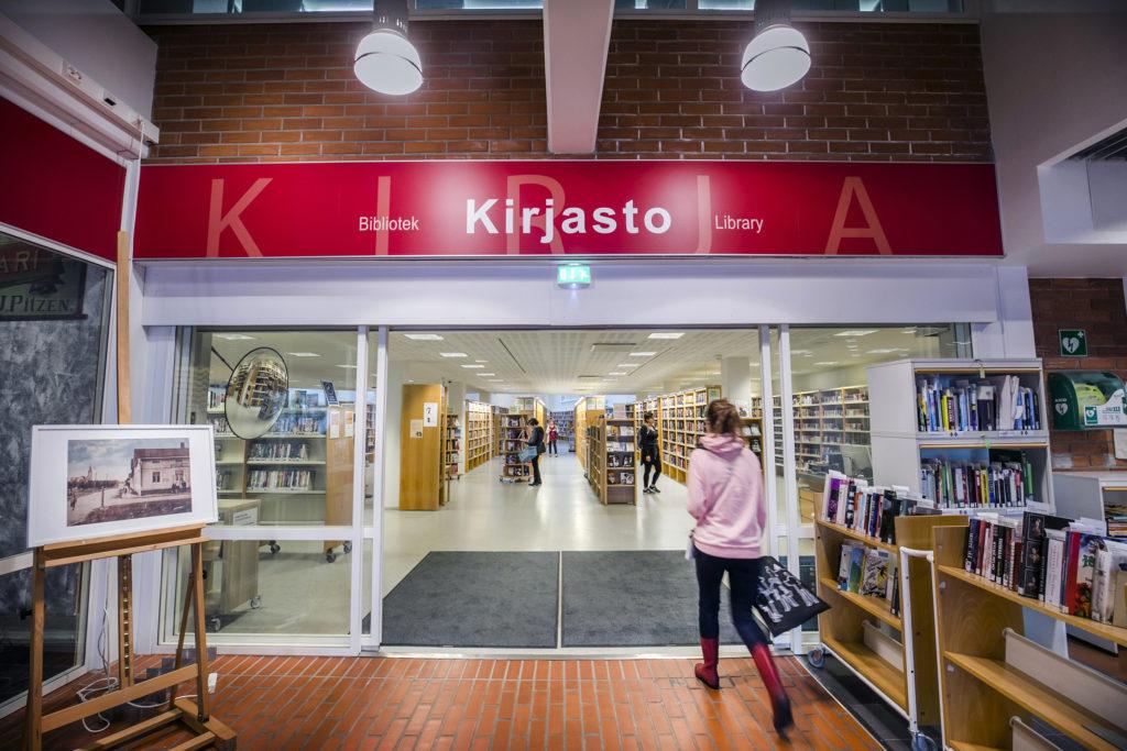 Kemin kaupunginkirjaston sisääntulo kulttuurikeskuksen aulassa.