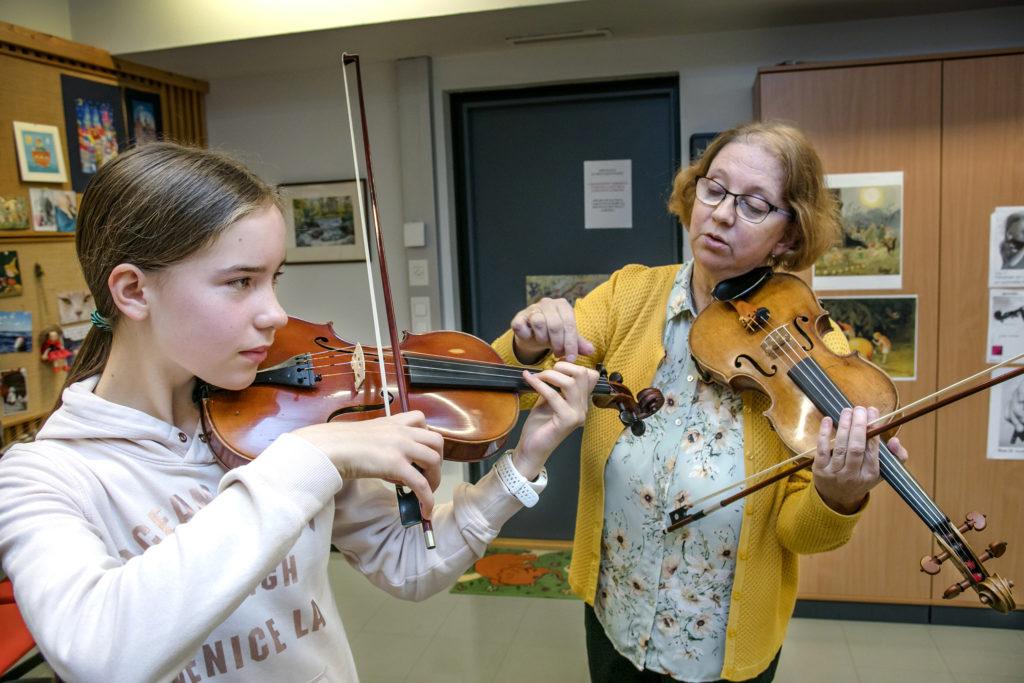 Viulutunnilla musiikkiopistossa oppilas ja opettaja.