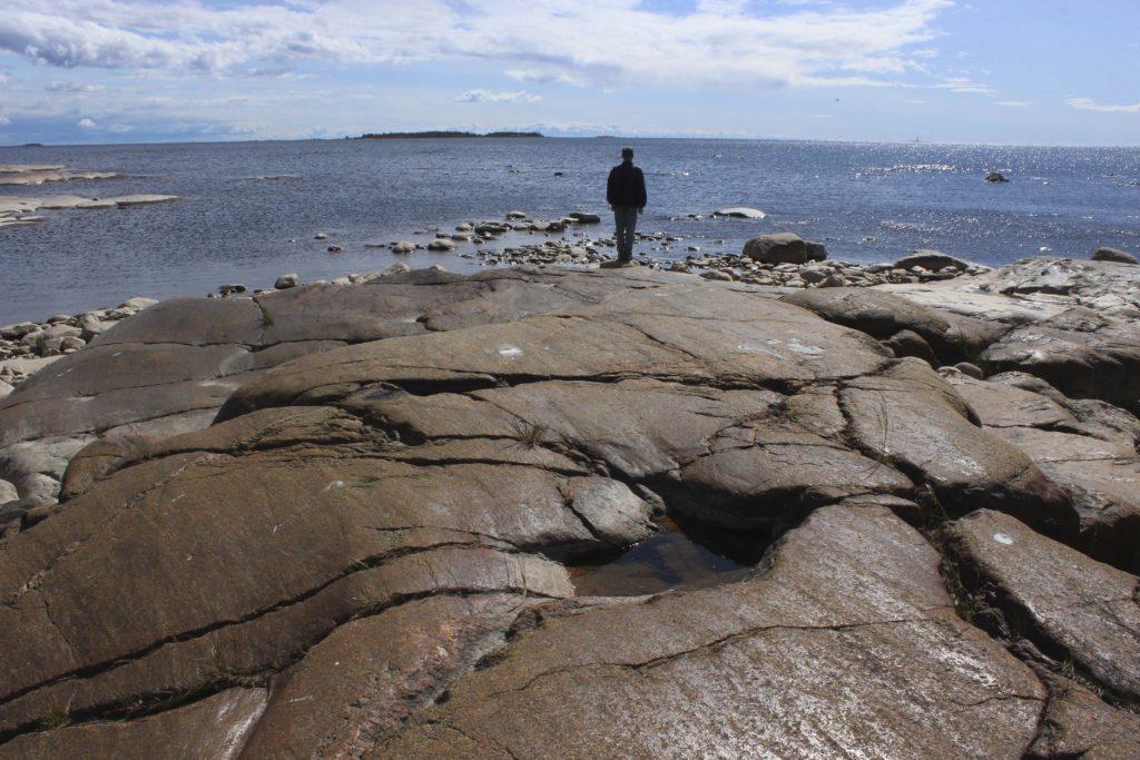 Merenrantaa ja kallioita.