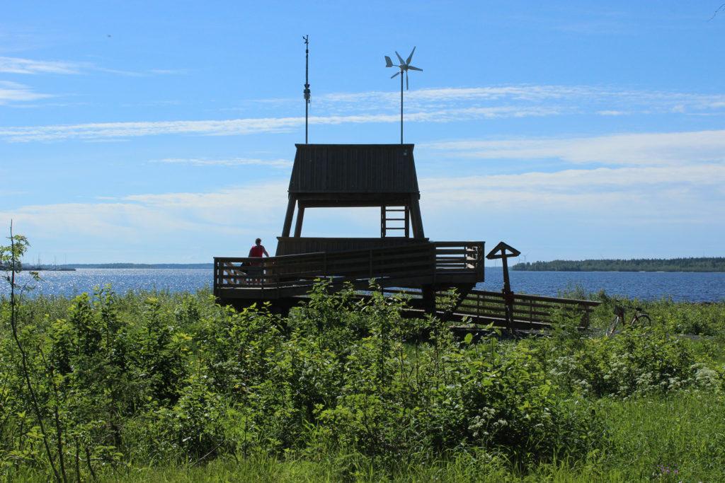 Näköala- ja lintutorni merenrannalla.