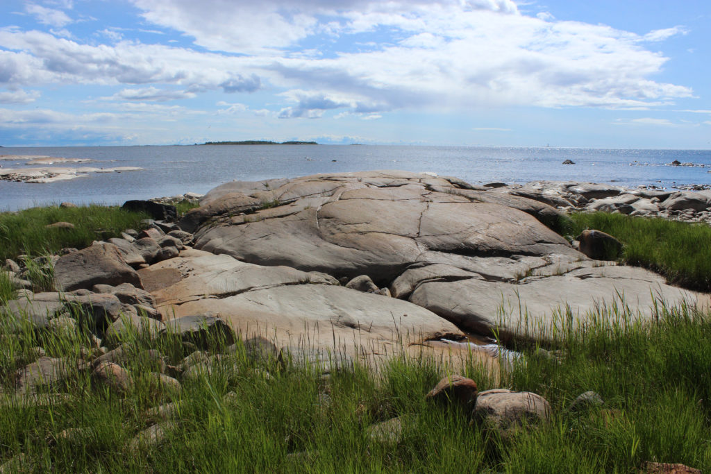 Merenrantaa ja rantakallioita.