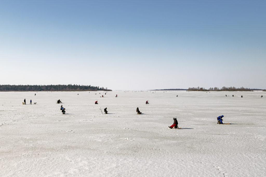 Pilkkijöitä meren jäällä.