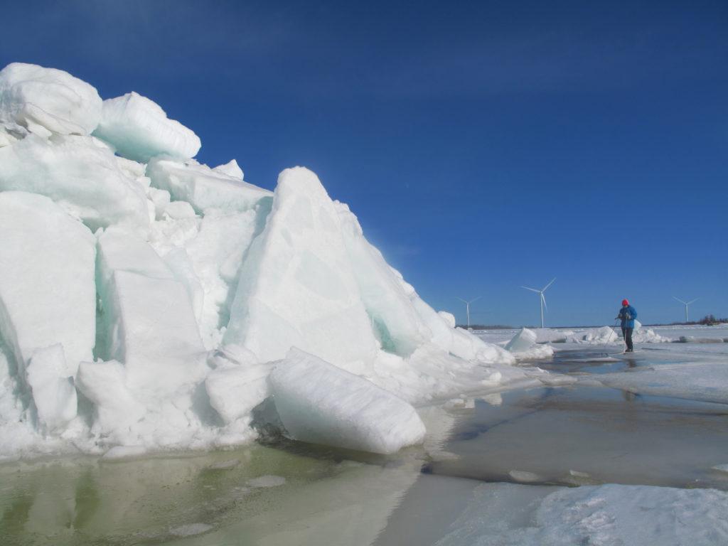 Valtavia jääröykkiöitä merellä.