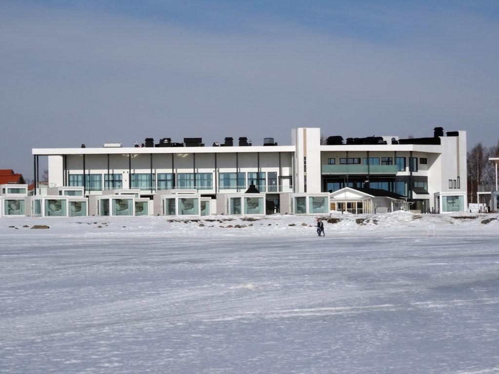Kemin ympärivuotinen lumilinnarakennus sekä merenrantahuviloita. Kuvattu kevättalvella meren puolelta.