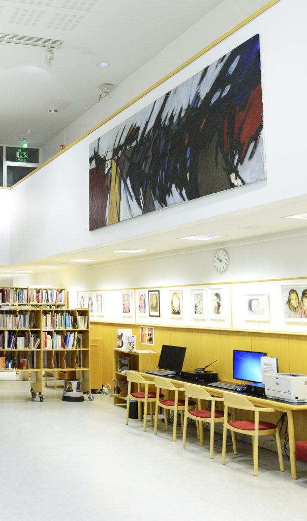 Taiteilija Jorma Kuulan maalaus Kemin kirjastossa