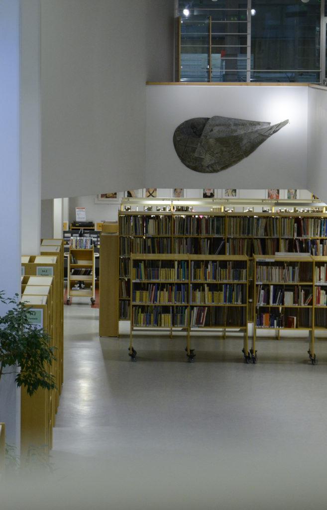 Marina Takalo reliefi Kemin kirjastossa