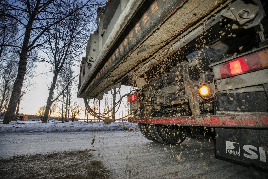 Hiekoitusta, lähikuva kuorma-autosta kadulle tulevasta hiekasta.