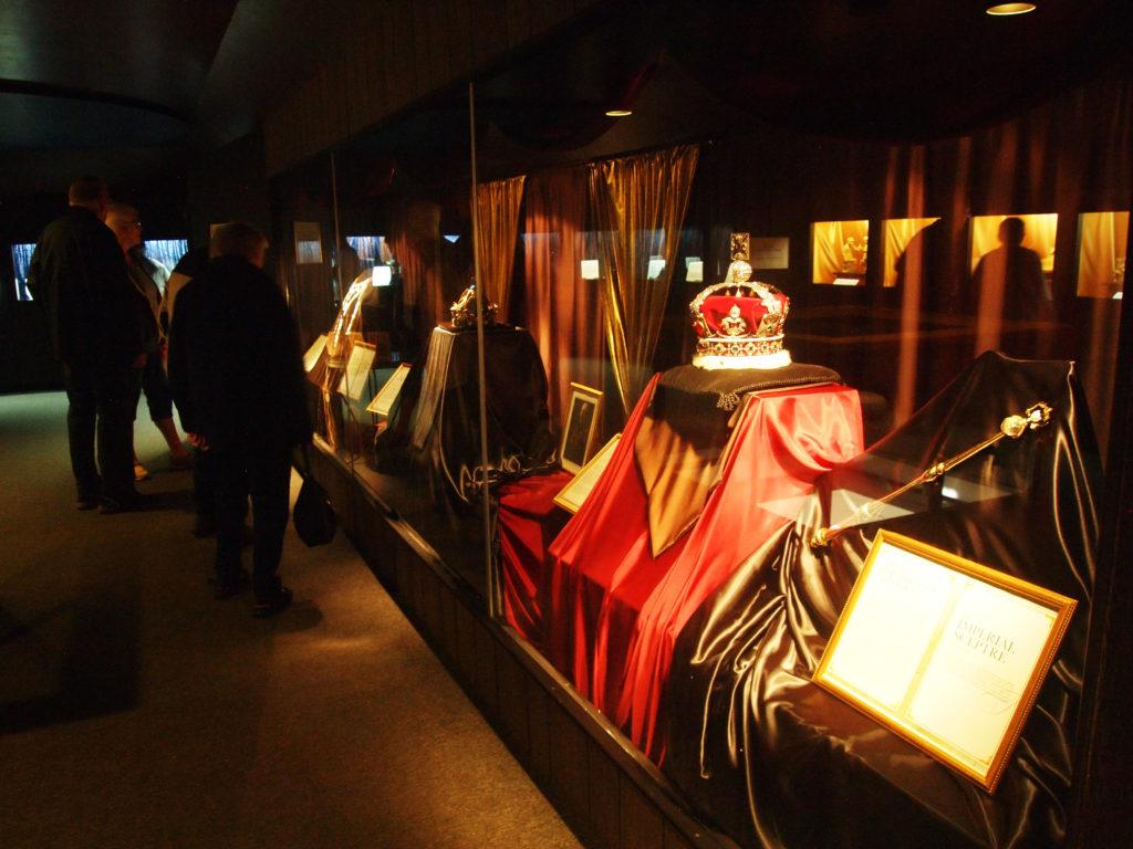 Suomen kuninkaan kruunu esillä Jalokivigalleriassa