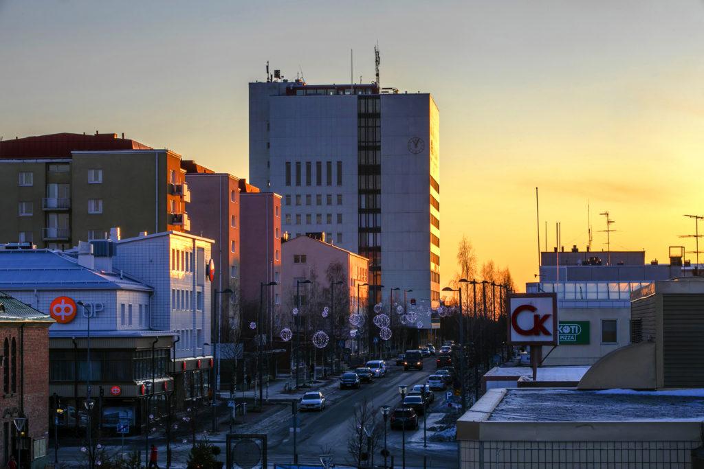 Kaupungintalo tammikuisen iltapäivän auringossa.