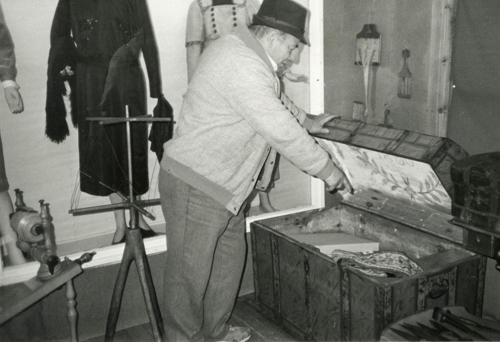 Kemi museon talonmies Kalevi Kakko ja museon esineistoä vuonna 1988.