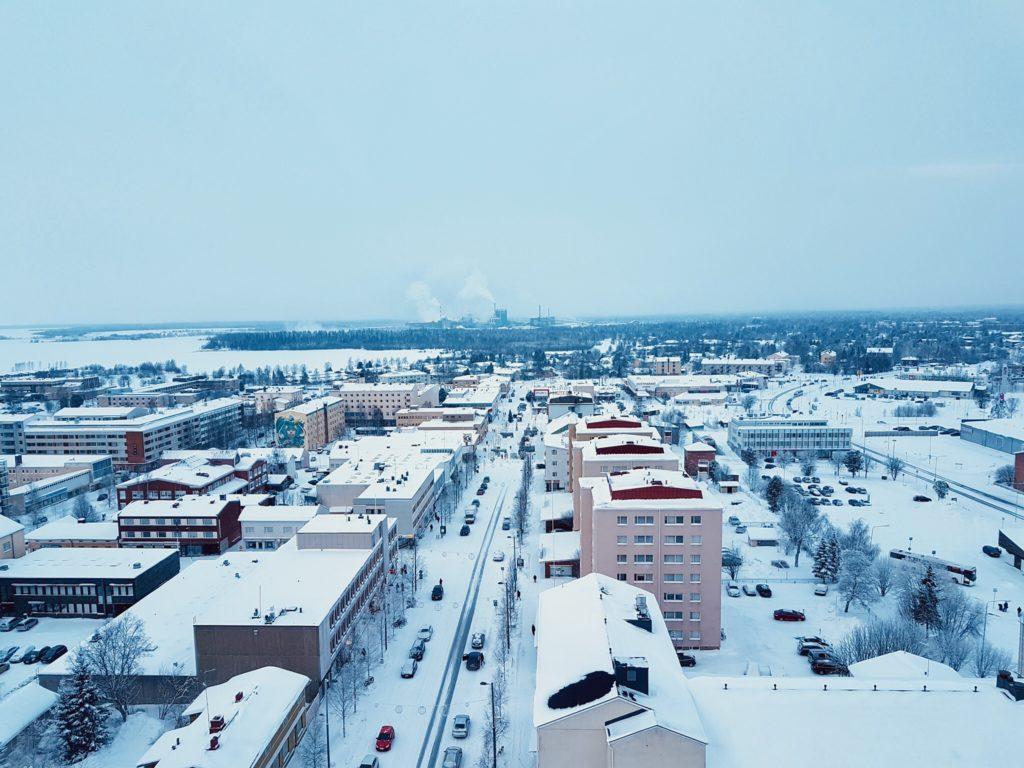 Kemin keskustaa kaupungintalon katolta kuvattuna, talvimaisema.