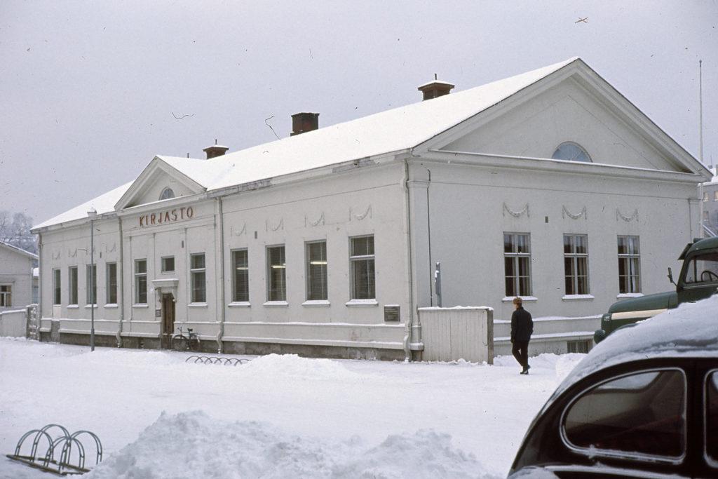 Vanha kivinen kirjastorakennus, talvikuva.