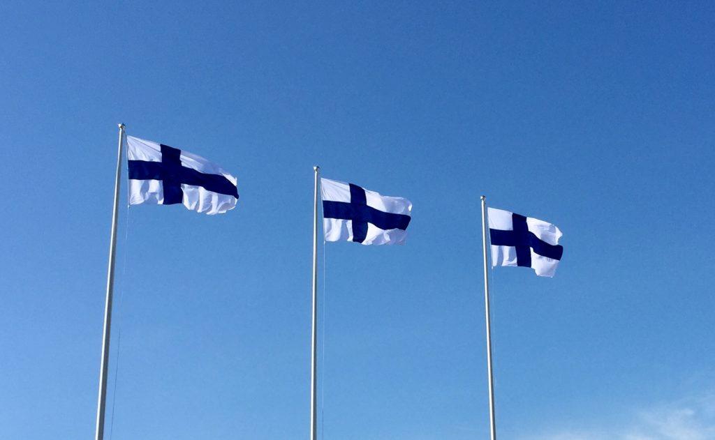 Suomenliput liehuvat tuulessa.