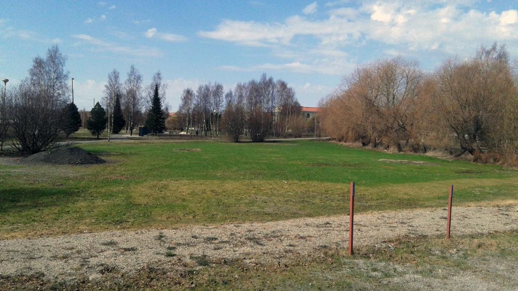 Pajarinrannan päiväkodin tontti Koivuniemen puiston vieressä.