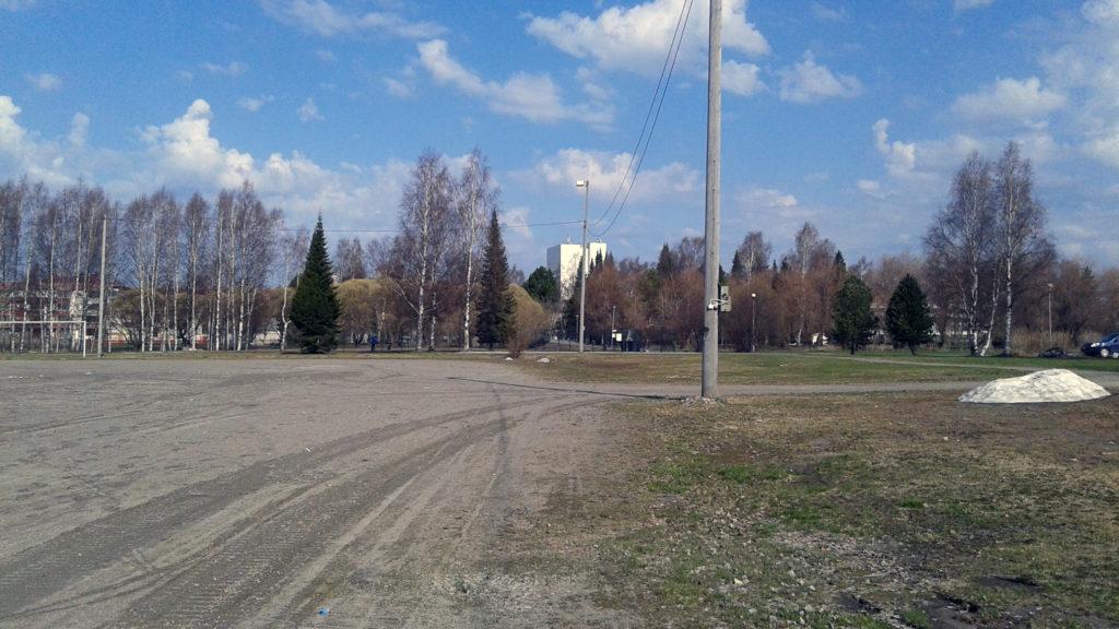 Kemin Pajarinrannan päiväkotitontti, etualalla sorakenttä, taustalla kaupungintalo.