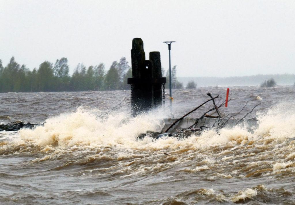 Meri myrskyää aallonmurtajan yli Kemin sisäsatamassa.