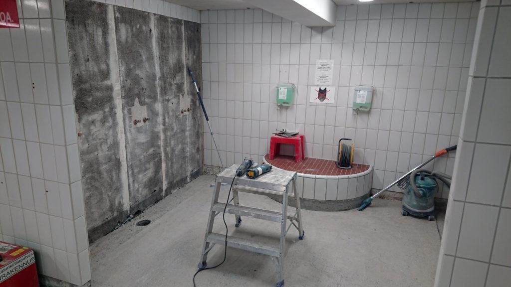 Seinä- ja lattiakaakeleita purettu, remontti uimahallin pesuhuoneessa.