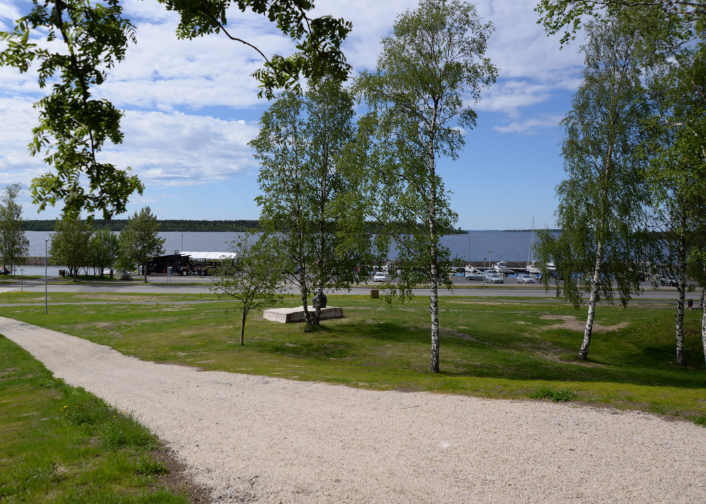 Merimaisemaa rantapuistosta katsottuna. Myös pienvenesatama näkyy.