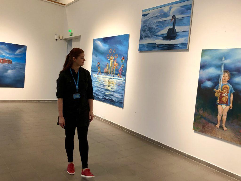 Nainen taidenäyttelyssä.