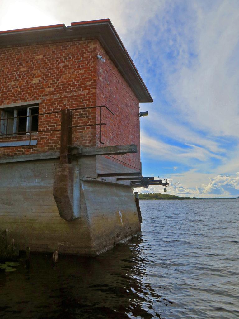 Uiton vanha voimalarakennus veden äärellä.