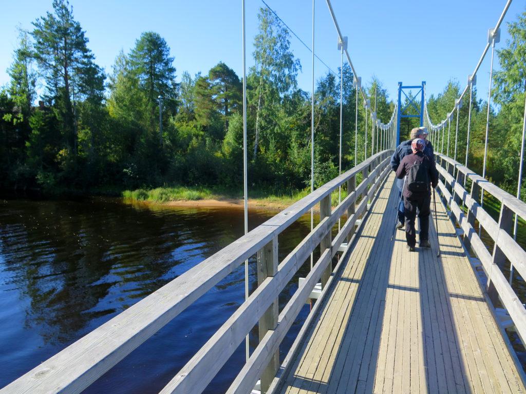 Puinen silta veden yli.