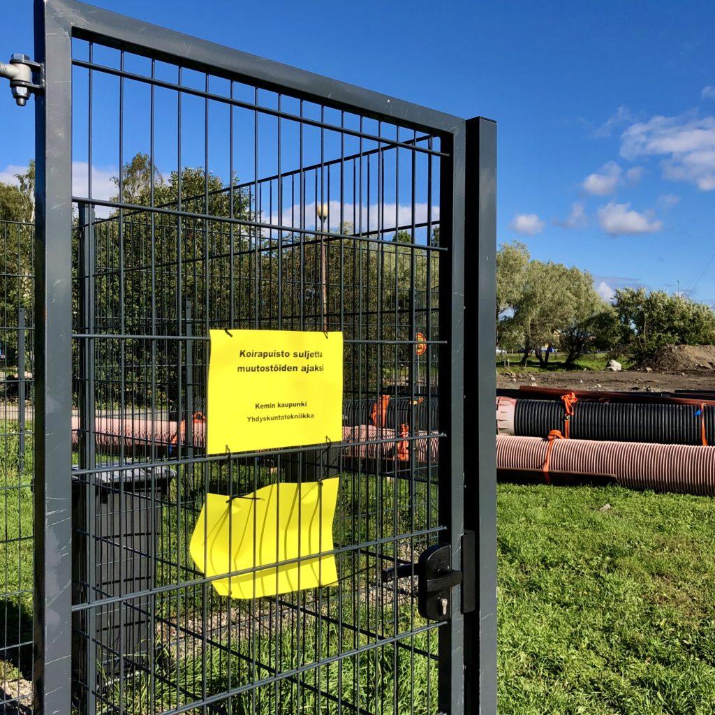 Koirapuiston portilla keltainen lappu, joka kertoo väliaikaisesta sulkemisesta