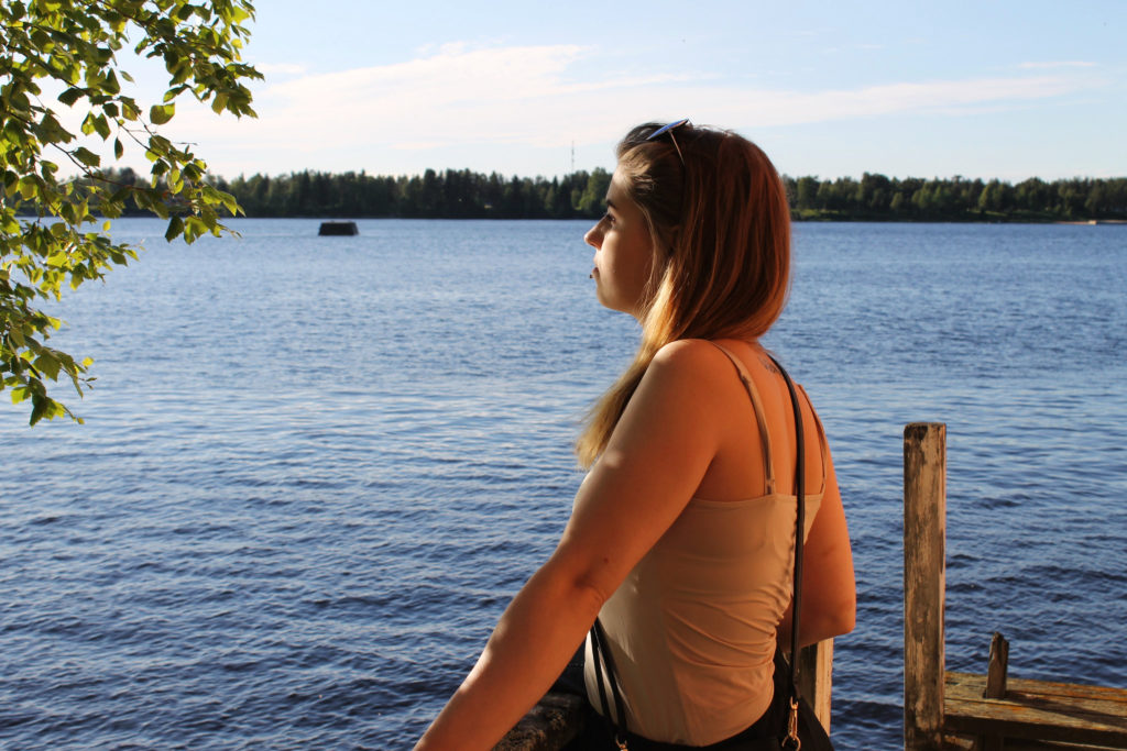 Nuori nainen katselee auringonlaskua
