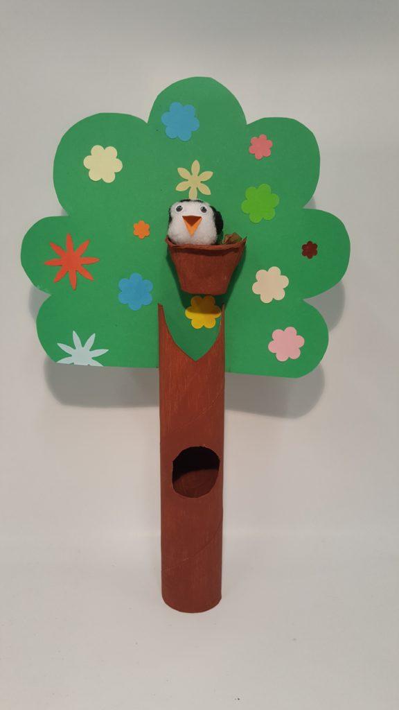 Lasten askartelutyö. Lintu puussa.