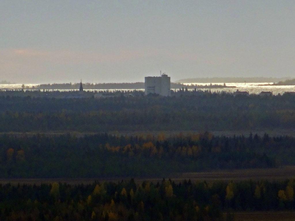Näkymä Kivalojen vaaroilta Kemin keskustaan, kaupungintalo ja kirkontorni.