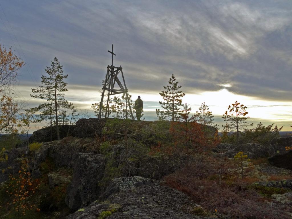 Kuva Kivaloiden vaaran huipulta. Mies ja kallioita.