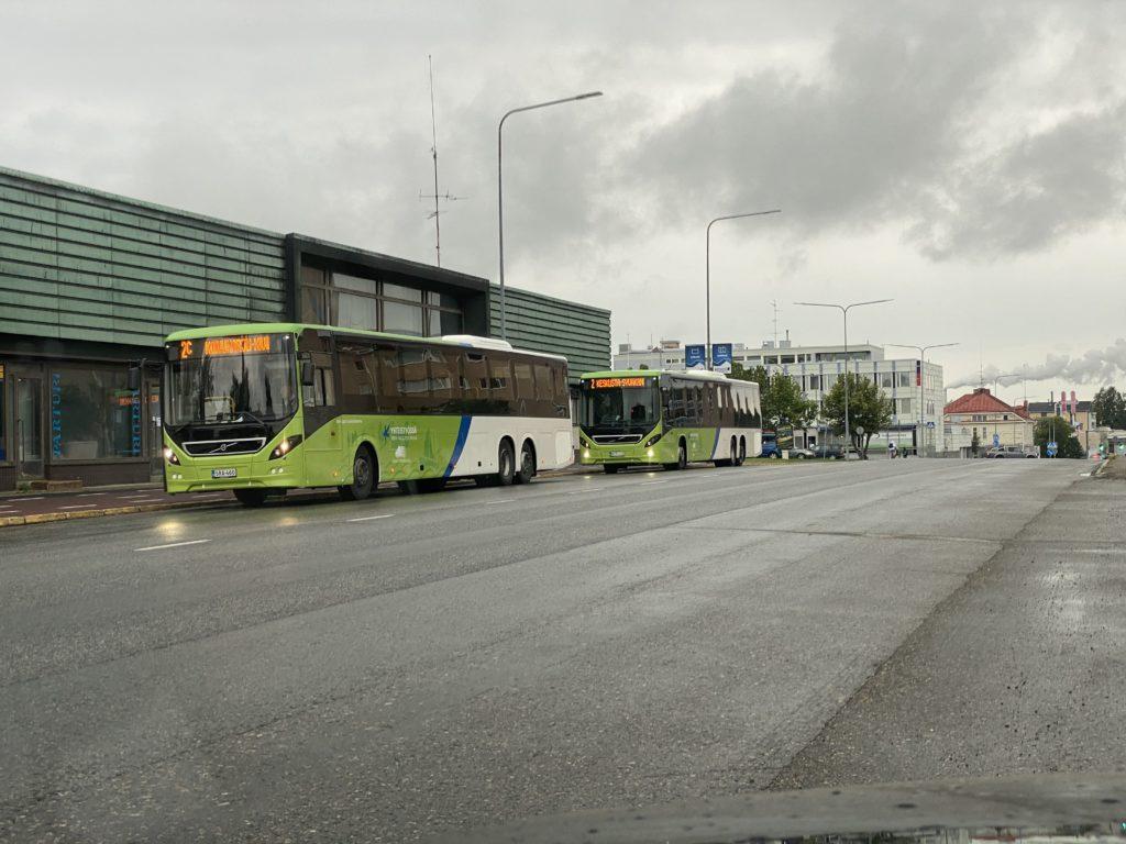 Kaupunkibusseja linja-autoaseman vieressä Asemakadulla parkissa.