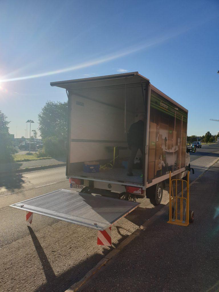 Historialliseen museoon tulevaa tavaraa puretaan kadulla kuorma-autosta.