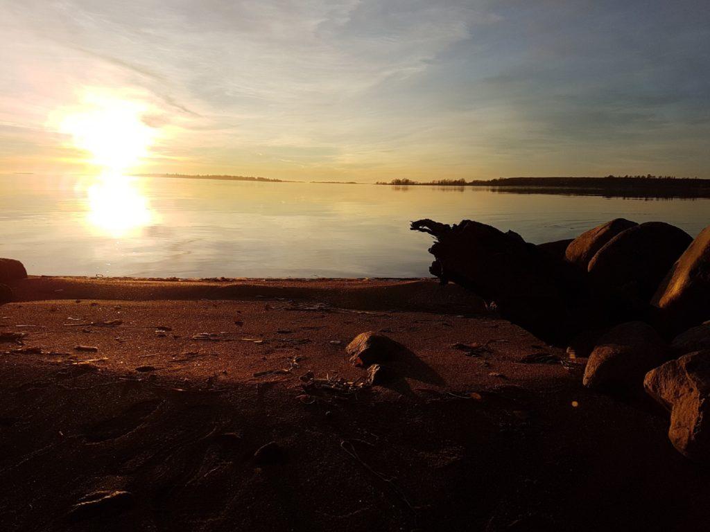 Merenrantaa ja ulappaa auringonlaskussa.