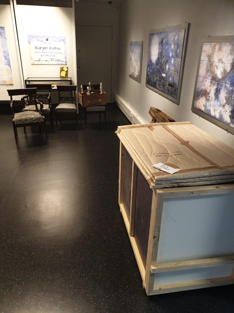 Historialliseen museoon tuotu tavarakuorma näyttelytilassa.