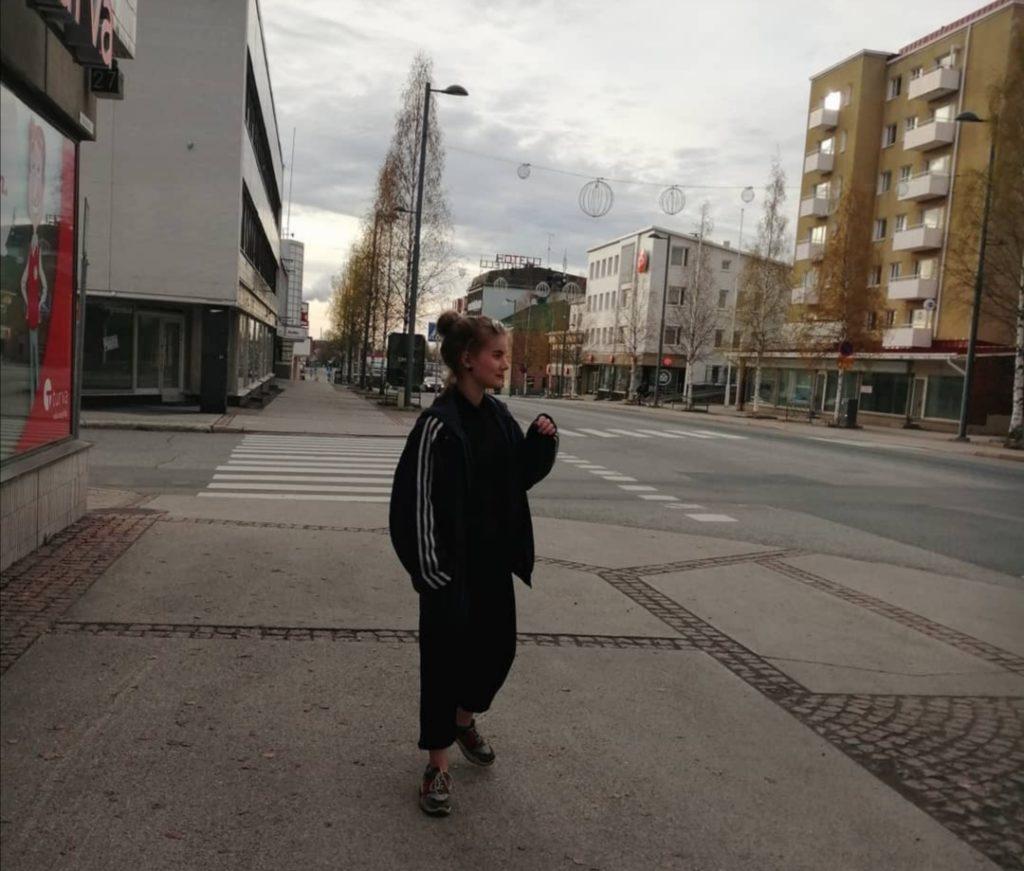 Nuori nainen aution keskustan kadulla.