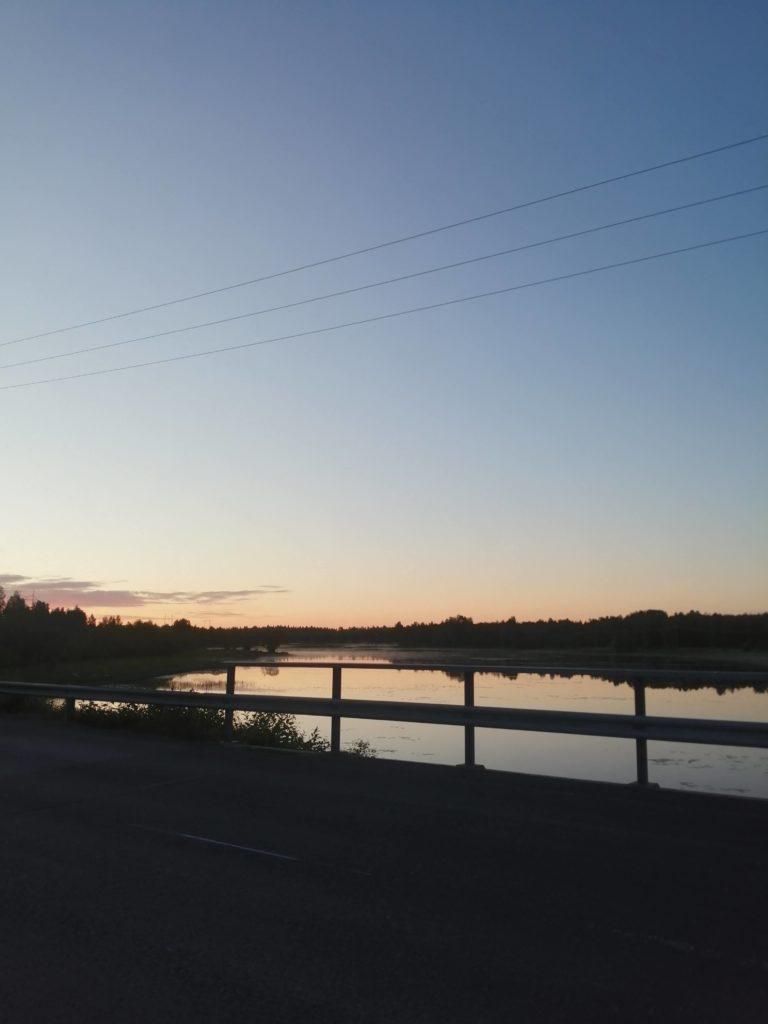 Auringonlasku merenlahdella, kuvattu sillalta.