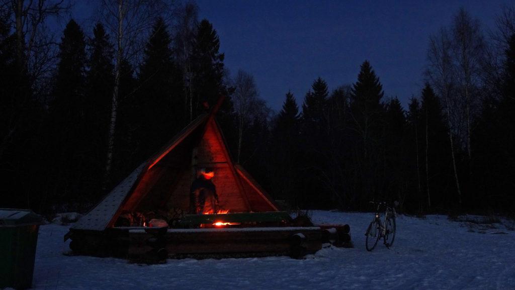 Laavu talvella pimeällä, laavulla tulenkajoa.