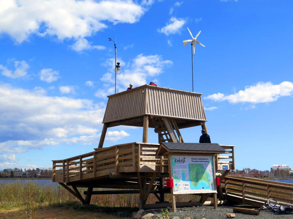 Lintu- ja näkötorni merenrannalla.