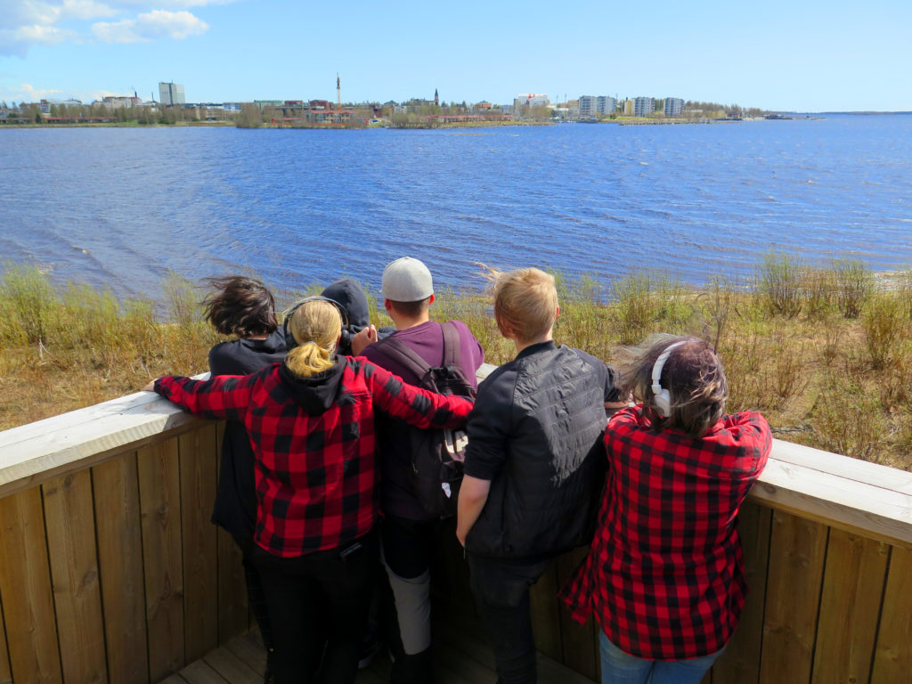 Koululaisia lintutornissa merenrannalla.