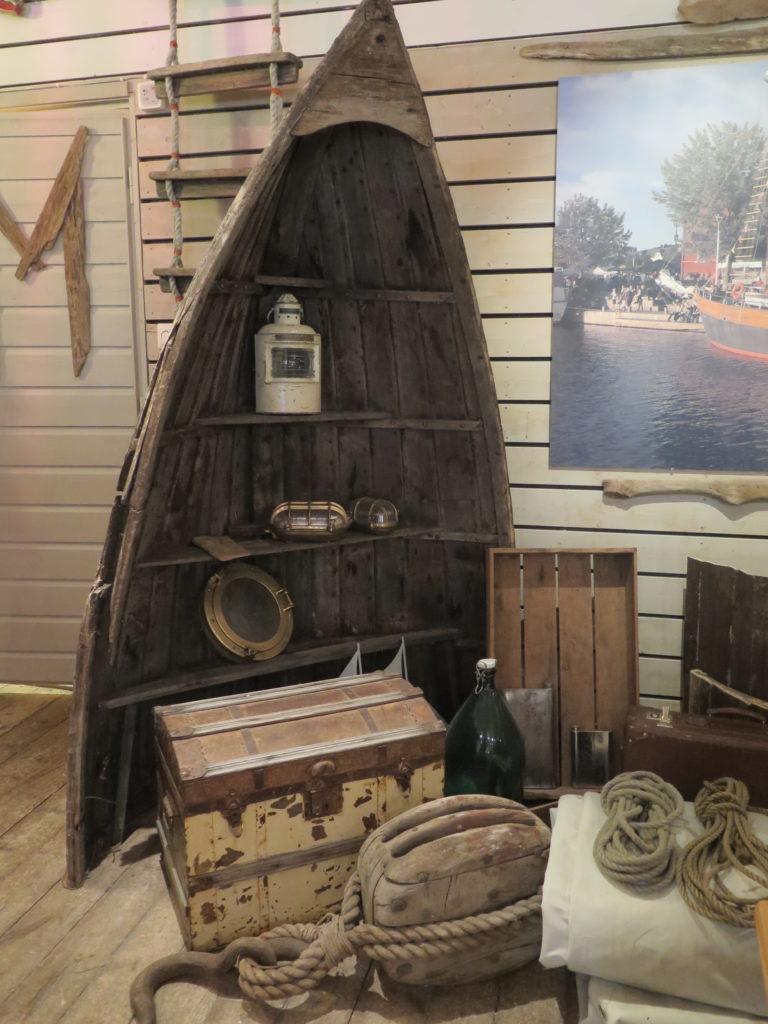 Puuvene rantaravintola Krouvin sisätiloissa