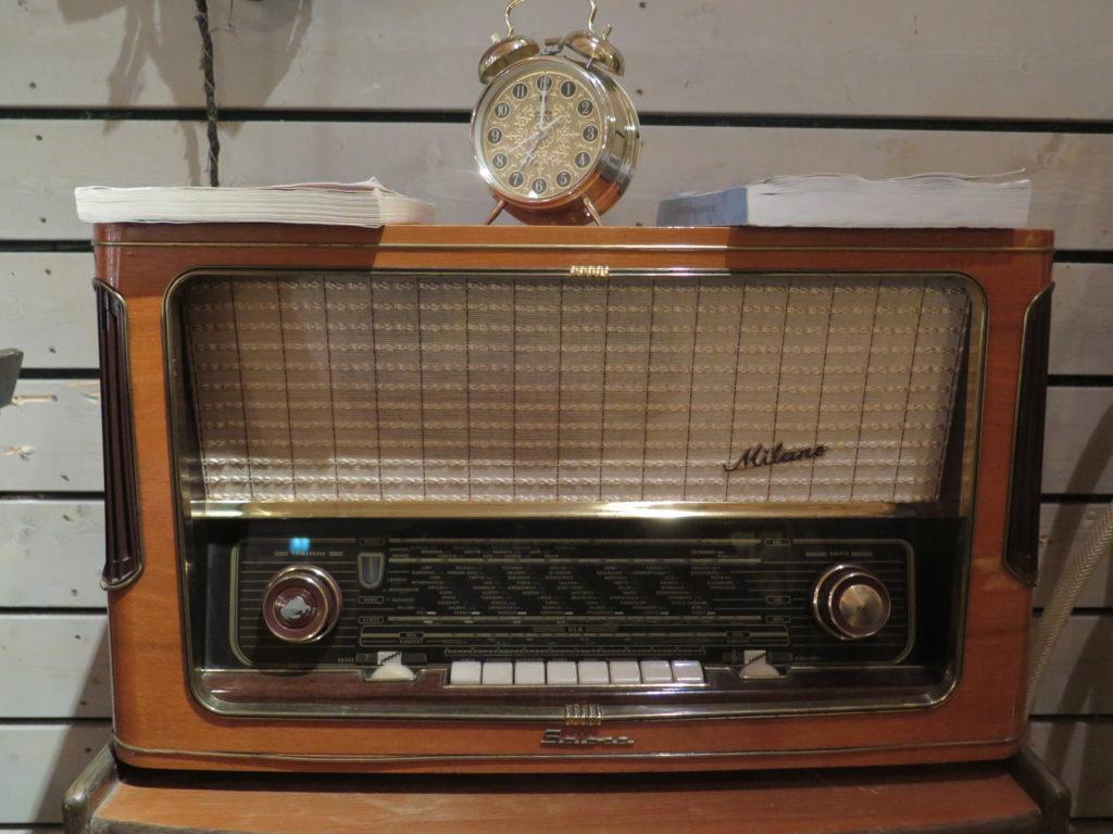 Vanha putkiradio, jonka päällä vanha herätyskello