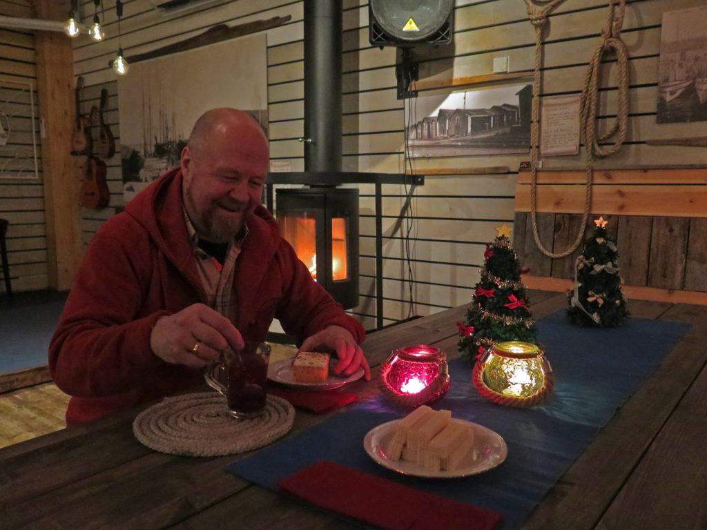 Rantaravintola Krouvin isäntä Olli istuu kahvipöydässä