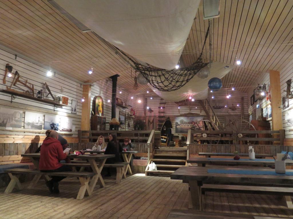 Rantaravintola Krouvin sisällä ihmisiä pöytien ääressä