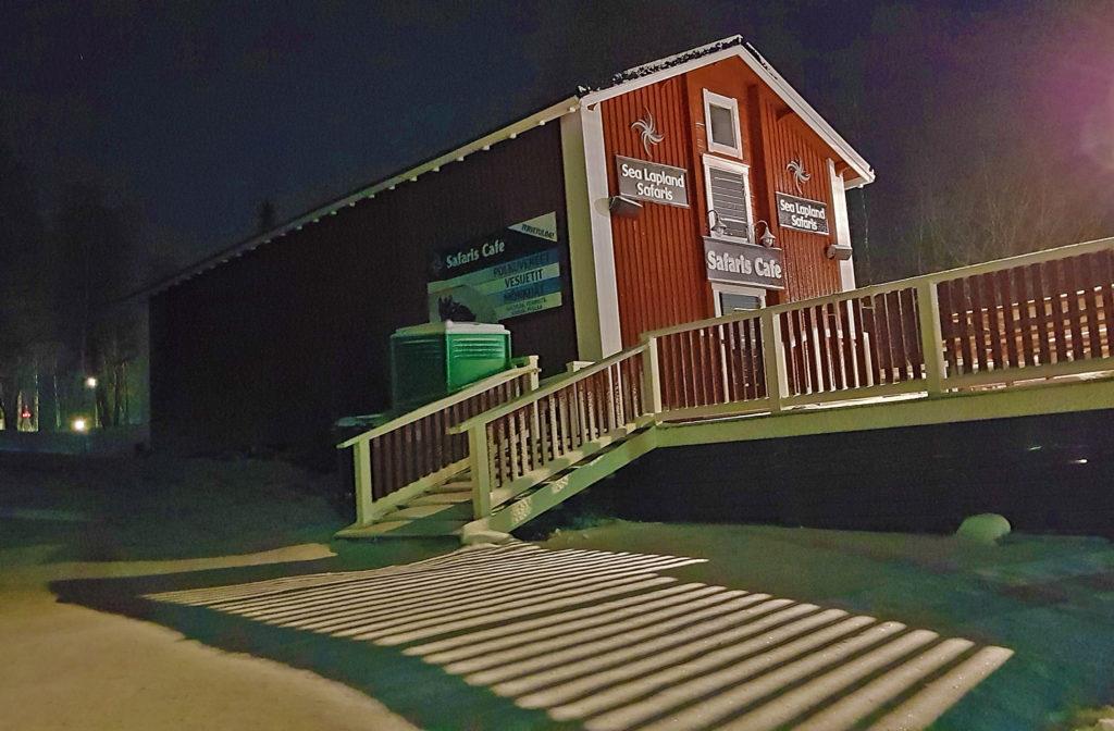 Punainen makasiinirakennus jossa toimii kahvila