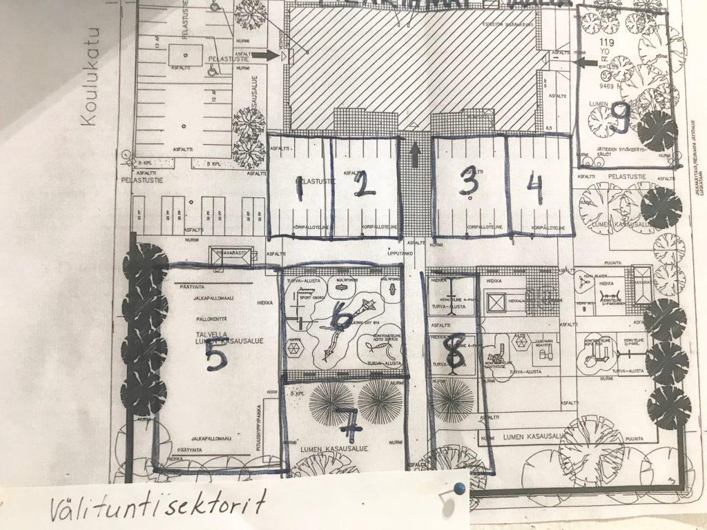 Pohjapiirros koulun pihasta, johon on suunniteltu välituntisektorit.