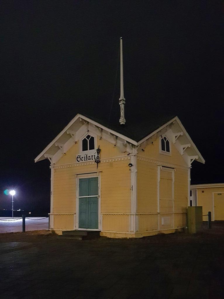 Pieni keltainen vanha puinen rakennus